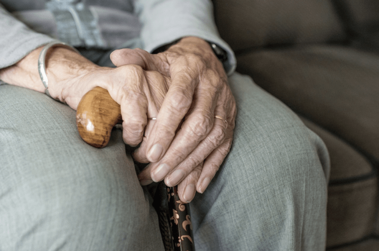 Visibilizan familiares maltrato a adultos mayores