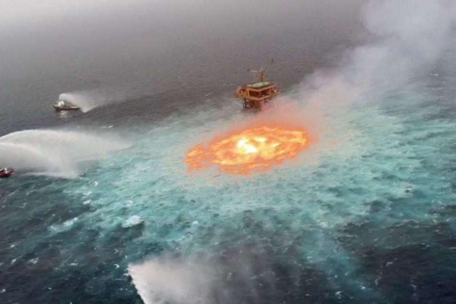 El incendio cerca de la plataforma satélite KU-C en la sonda de Campeche
