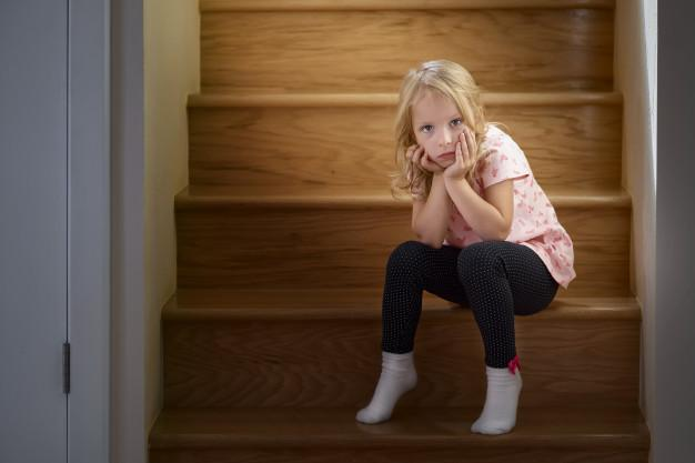 La niña de los escalones/ Ilustrativa: freepik.com